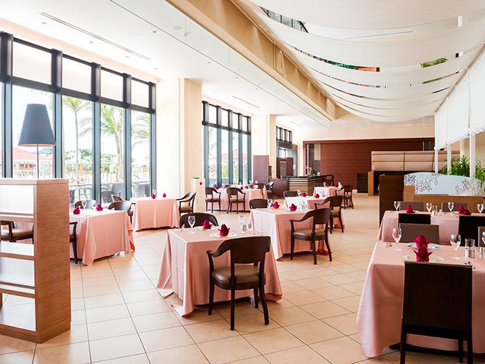 プールサイドレストラン「サザンテラス」 プールサイドレストラン「サザンテラス」  屋外プールに面した大きな窓からの水辺の風景とパノラミックなサンセットを臨むロケーションでリゾートならではのお食事をお楽しみください。