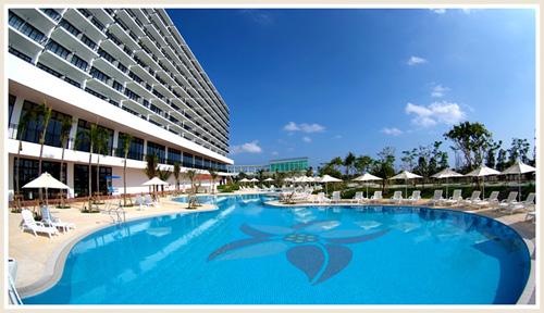 リゾート気分を満喫できる、全長70mのガーデンプール。4月~10月に遊泳可