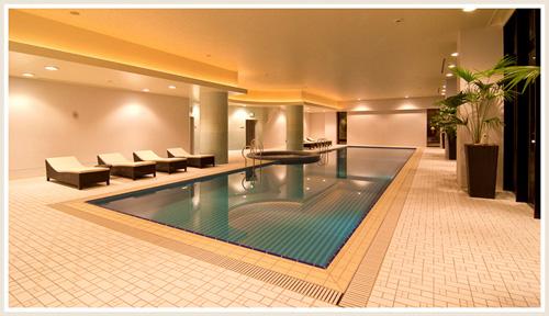 一年間通じて利用できる室内温水プール。ジャグジーも併設している