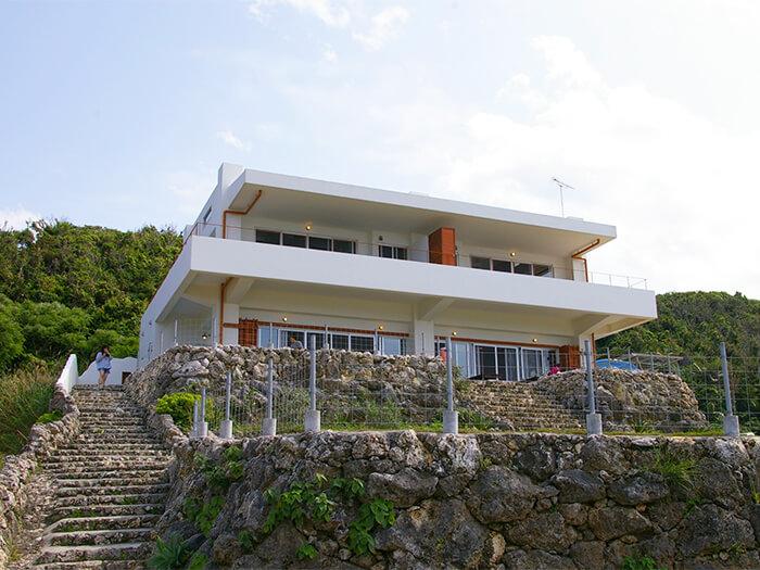 古宇利島の高台にたたずむカフェ ティーヌ浜から車で約1分