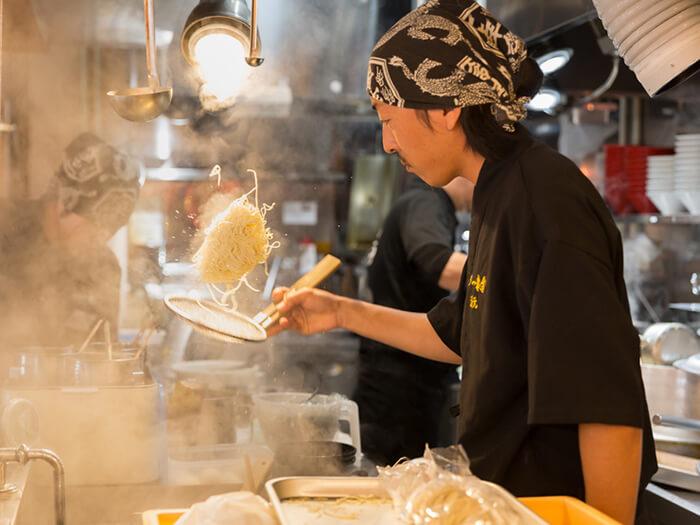 透過開放式廚房看到巨大的羽釜鍋,就知道在這能嚐到傳承古法用心製作的博多豚骨拉麵