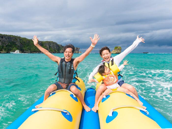 眺望著萬座毛美景暢玩香蕉船!3歲起可參加體驗