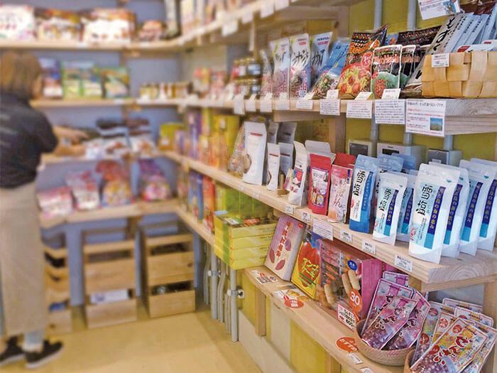 沖縄県産のお菓子や調味料を取り揃えたちっちゃなやんばるのお土産屋さん。
