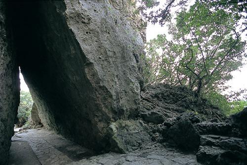 傾斜巨岩所營造出的光景充滿神秘感。從前只有女性才能夠進出此處,是琉球王國中最高階的聖地。