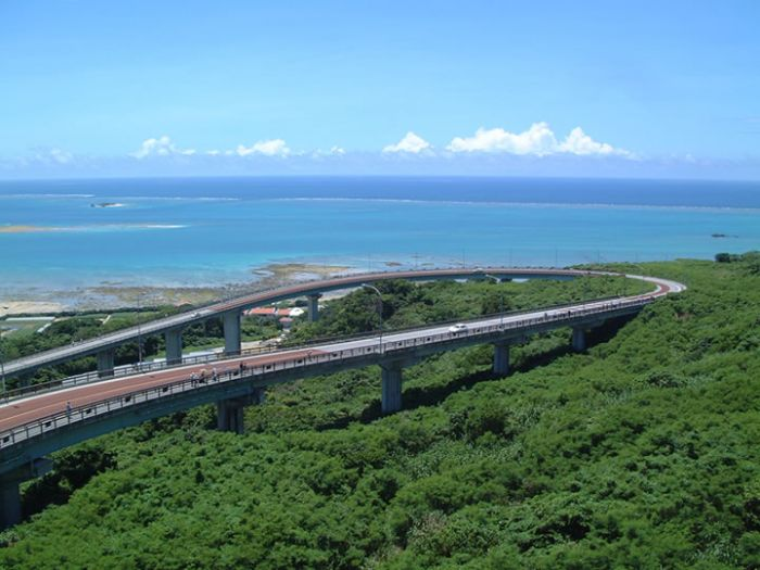 U字型橋全長660m。從橋上順路往下開車您會有一種面朝大海和天空飛翔的感覺。