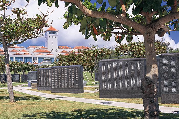 """是沖繩戰終戰地的公園。園內的""""和平基石""""上面篆刻着不分國籍、軍人、非軍人、所有在沖繩戰爭中去世人士的名字。"""