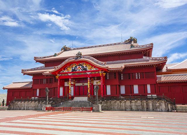 做為琉球國王居住的城堡,及琉球王國時代的文化・政治・外交據點長達450年之久。現在的建築物是1992年復原的。