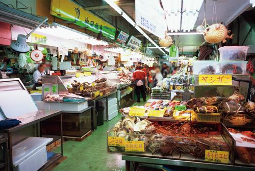 沖繩的鮮魚、豬肉、水果、島蔬菜等罕見的食材琳瑯滿目。在市場購買的食材可以請2 樓的食堂烹煮。