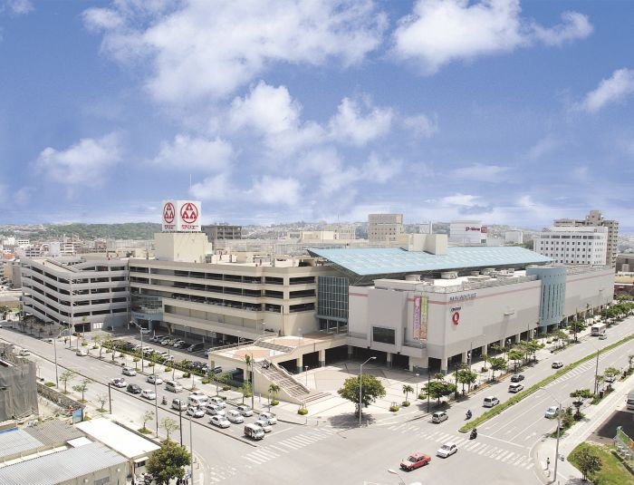 It is a huge shopping mall where the local people often visit. It offers rich choice of facilities such as supermarkets, restaurants and an electronic products store inside the building.