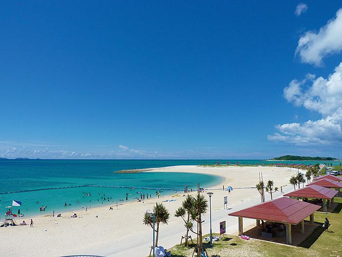 全長700m的美麗白沙灘,是離機場最近的一處海濱。在那霸附近可以輕鬆悠閒地享受到海水浴。