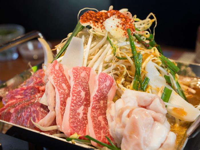 可邊沾甜中帶辣,邊品嘗豆芽等豐富蔬菜與牛肉・豬肉等美味的火鍋料理「四角鐵板火鍋 2,780日圓〜」