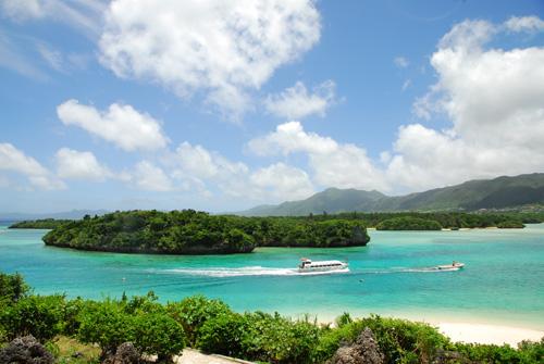 9:00〜 不需等待,每15分鐘即有一斑船可搭乘。純白的沙灘與各式各樣的藍景形成美麗的對比,讓您從搭船之前就開始抱持著期待的興奮感