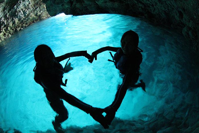 於沖繩具有神秘感的青之洞窟體驗海上的遊玩樂趣