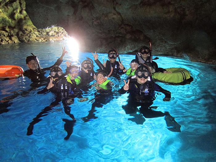 搭船前往青之洞窟的超高人氣行程! 我們也有會講中文、英文的工作人員