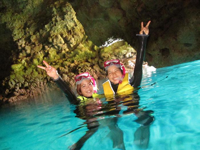 不會游泳的顧客也不用擔心,我們會帶您體驗令人感動的青之洞窟!請在這沖繩最受歡迎的青之洞窟,盡享潛水與浮潛樂趣!