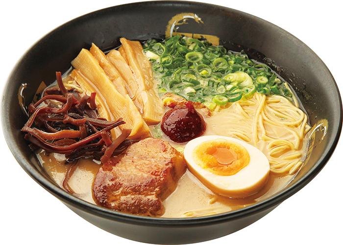 擁有自豪的豬骨湯頭!店裡的「自製拉麵」(850日圓)最受歡迎,可依照喜好任選麵條硬度和味道濃淡,並能從8種配料中挑4種喜歡的加入。