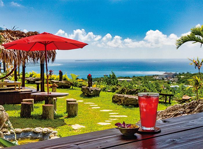 建在可俯瞰東海的高台上,能將附近離島一覽無遺的絕景咖啡館。在觀景咖啡座的吊床上隨風晃盪,享受最美好的時光。