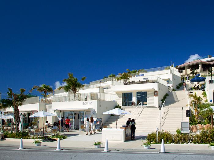 在蔚藍天空映襯下的純白的建築物裡,有約40家餐廳和雜貨店林立