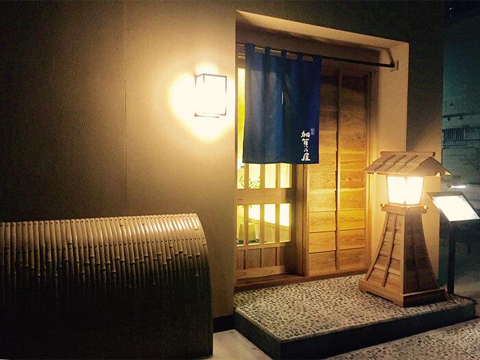 靜靜點亮餐廳入口處的和紙行燈