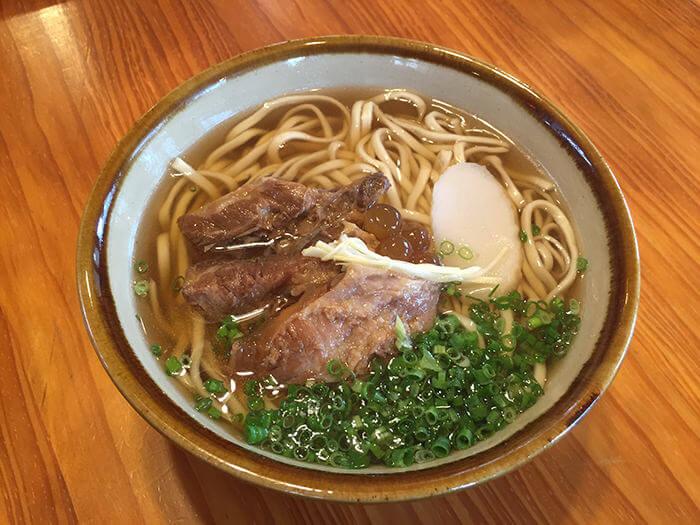 清爽中帶有深度的絕妙高湯。沖繩蕎麥麵界首創「粉圓」入菜!