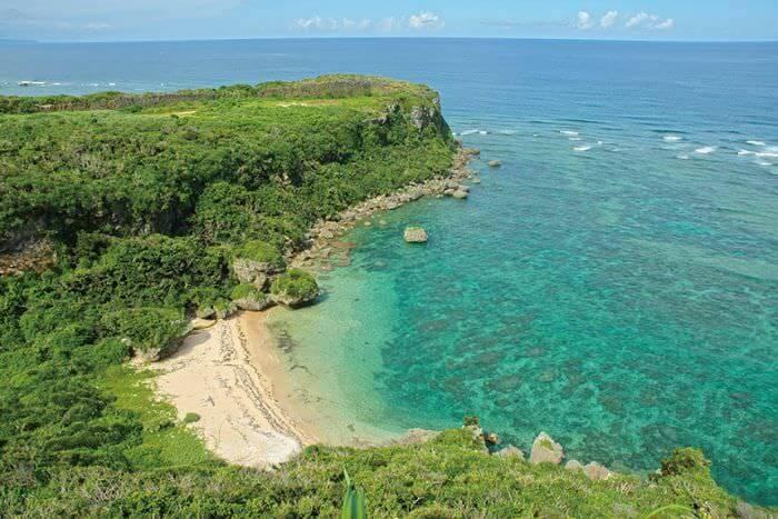 果報在沖繩方言中有「幸福」之意,Banta的意思則是「懸崖」,因此果報Banta別名又稱「幸福岬」。從位於宮城島製鹽工廠內、標高62公尺的「幸福岬」遠眺,可以將翡翠碧海的絕景一覽無遺喔!