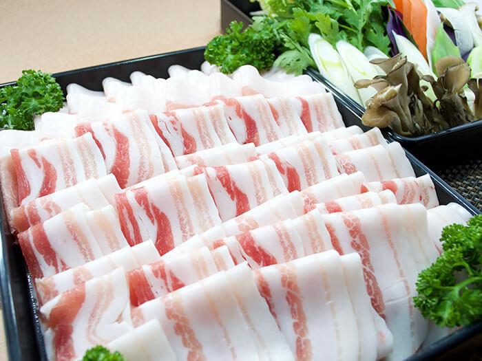 Agu豬涮涮鍋1人份2900日圓 *2人份以上即可開鍋。 享用本餐廳自營農場飼養的「安和岳 Agu豬」涮涮鍋。搭配沾肉用的芝麻醬與柚子醋和風醬,更顯肉質的鮮美。