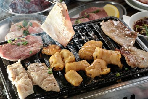 香味四散的烤肉片,品嘗時豬肉的美味會在舌尖散發開來