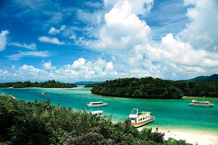 色彩豐富的大海據說可以變化七種顏色與灣內小島交織成的風景絕佳美麗。玻璃艇也很有人氣。
