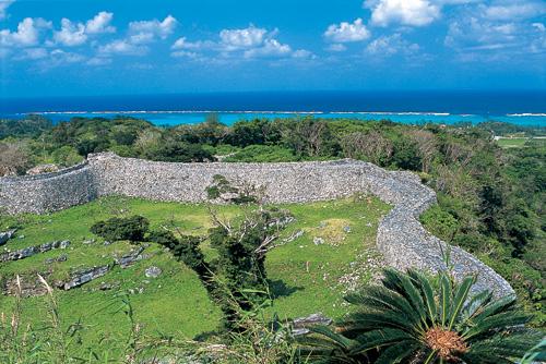 沖繩最古老的城堡城跡之一。在崎嶇不平的廣大用地中,美麗的石牆描繪出一道道曲線,是一座堅牢的城堡。1月下旬時會有日本最早開的緋寒櫻綻放。