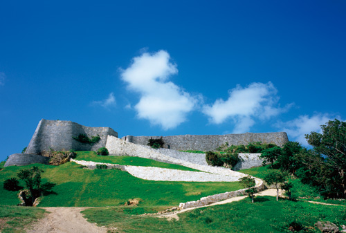 It is the residential castle for Amawari, the feudal lord of old Okinawa, Aji, who resisted the King until the end. It stands on a commanding hill.