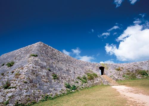 擁有美麗城牆與沖繩最古老拱門的城堡。相傳是1420年代由知名的按司(諸侯)。護佐丸所築城的。