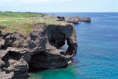 碧綠色海洋與隆起珊瑚礁形成了斷崖絕壁。大自然創造出的洋溢動感景觀值得一看。