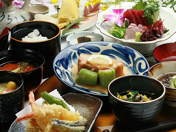 在琉球料理名店「龍宮城Urashima」一邊欣賞琉球舞蹈、一邊享用和琉會席晚宴