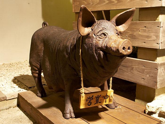 可愛的豬在店的玄關歡迎您的大駕光臨
