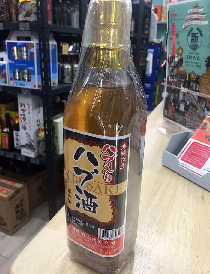 波布蛇酒。以沖繩產波布蛇與13種藥草泡成的泡盛酒