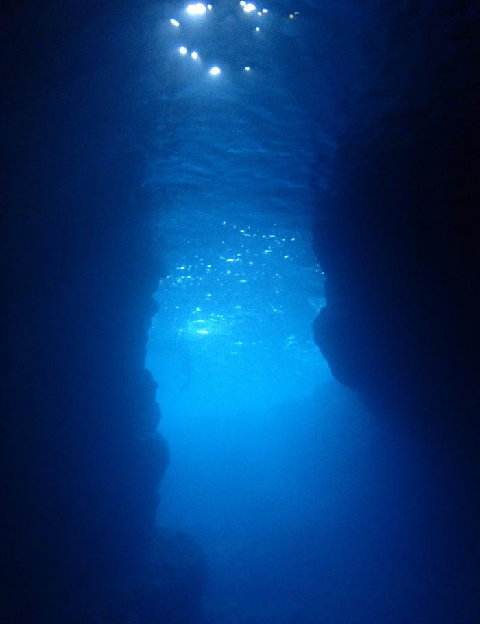 散發著神秘藍光的洞窟