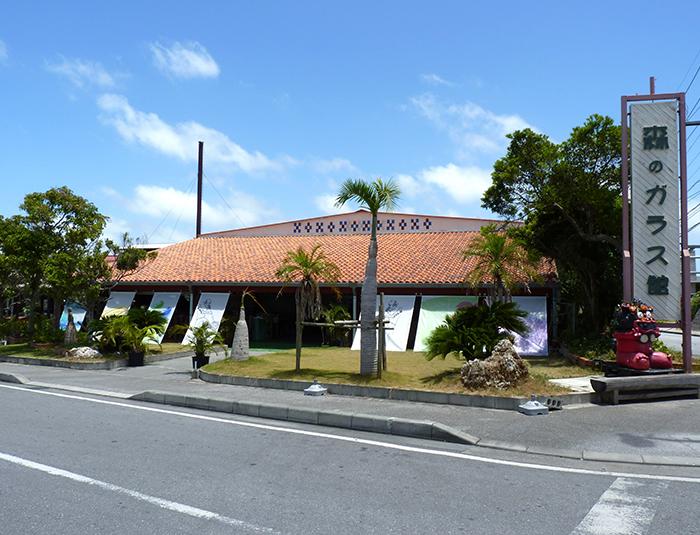紅色瓦片的屋頂與可愛的沖繩獅是本店標誌