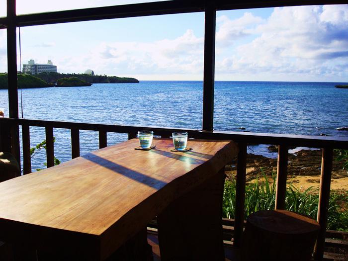 一邊望著沖繩那一覽無遺藍色海洋,一邊享受美食