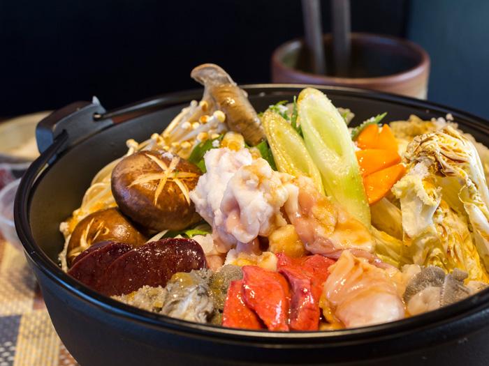放入新鮮的蔬菜與豐富鮮肉的「內臟肉鍋」