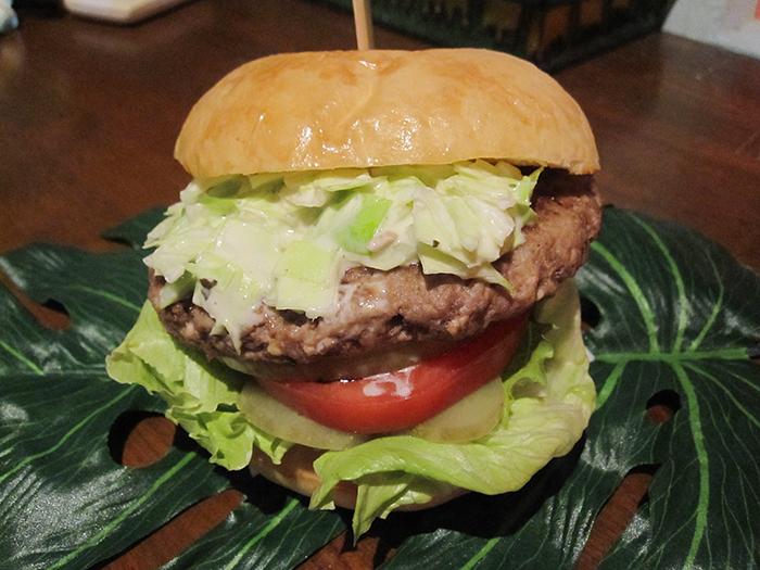 融合沖繩豆腐與鮮肉所製的肉片!與加入黃芥末醬的涼拌捲心菜是絕配組合