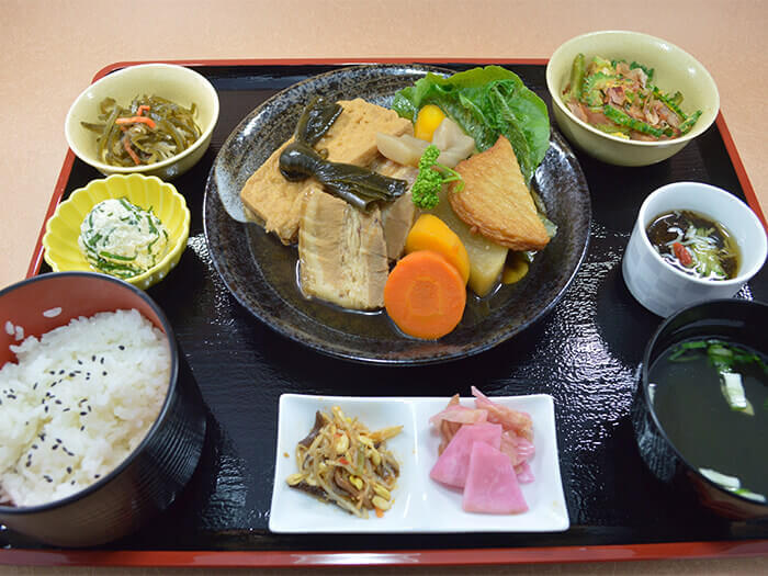 滷肉定食是使用Agu豬做成像關東煮一樣的沖繩式滷肉。這是一道蔬菜跟海帶都吸飽豬肉鮮美肉汁的極品料理。