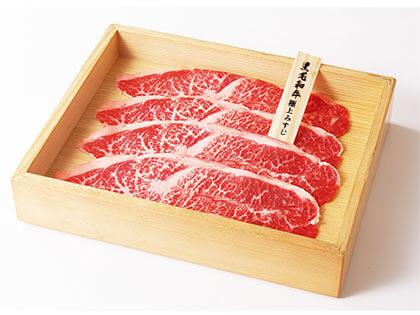 嚴選肉品仔細切片後裝盤