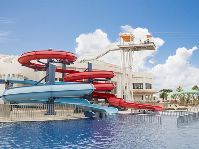 附設滑水道的戶外泳池。還有為兒童貼心設計的室內水池、按摩池