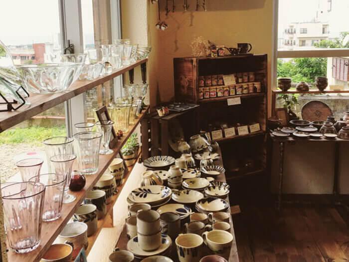 店內有許多陶器和琉球玻璃藝品