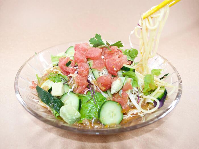 夏天限定菜色【義式冷麵700日圓】。炎熱的沖繩夏天與冷麵是絕配!請搭配新鮮蔬菜一起享用。