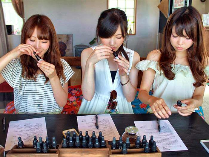Making of Ryukyu perfume by blending nine kinds of fragrance selected out of 32 kinds of 100% natural essential oil.