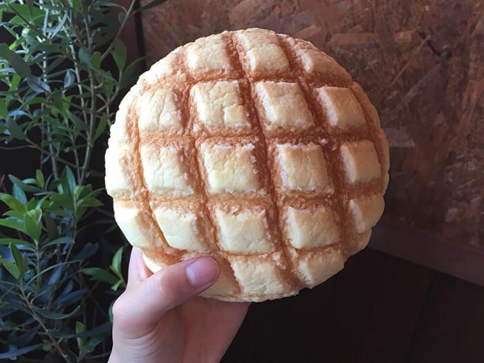 「原味菠蘿麵包」真是驚人地巨大!剛出爐時更是特別美味