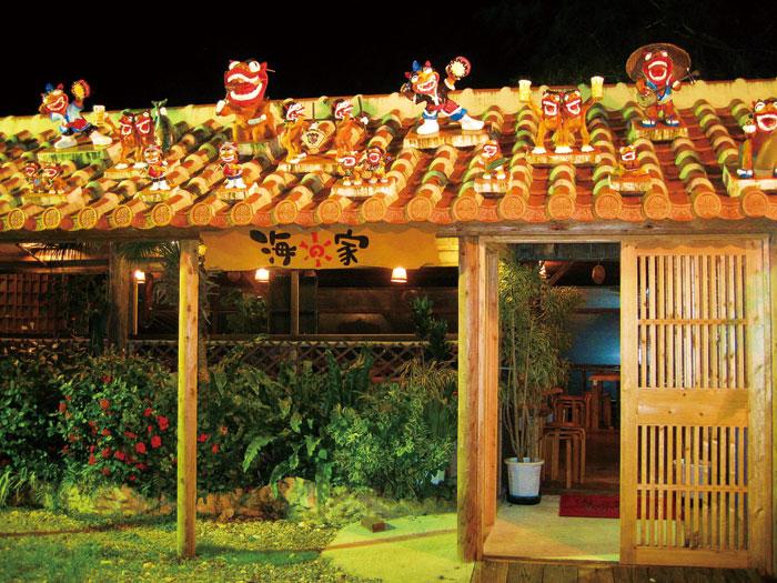 入口擺設著充滿歡樂的沖繩獅(沖繩的守護神)迎接您的到來。