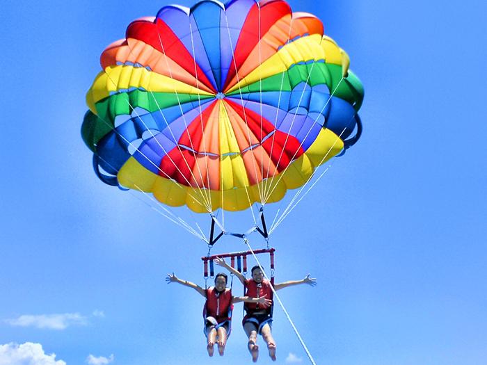 「那霸出發 & 本部出發之海上拖曳傘行程」 充分享受沖繩的藍天與大海!眺望太陽光照射下來的亮藍與深藍所形成的強烈對比、體驗短暫的療癒時刻