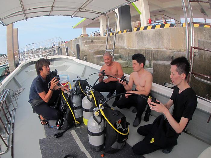 我們也有親切的工作人員針對第一次體驗淺水或浮潛的顧客做詳細的說明